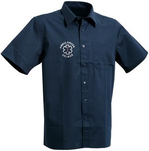 Cette chemise facilite la vie des ambulanciers grâce à son tissu à repassage facile.